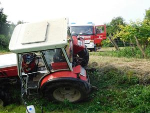 160727-t1-umgestuerzter-traktor-001